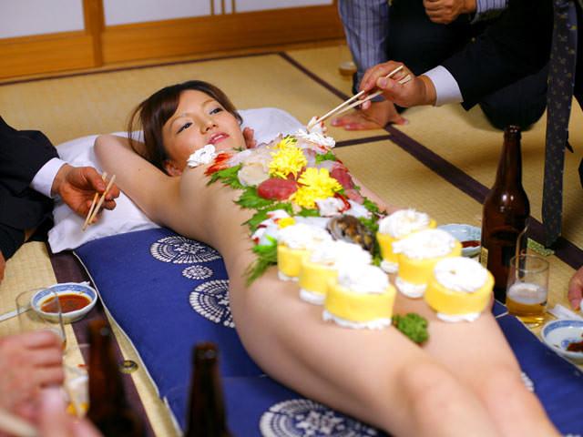 女の皮膚に触れる刺し身を頂くwww女体盛りのフェチエロ画像 186