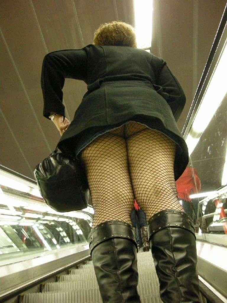 パンツが食い込んでる率が高いwwww素人娘のエスカレータ盗撮パンチラエロ画像 203