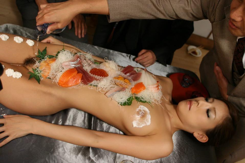 女の皮膚に触れる刺し身を頂くwww女体盛りのフェチエロ画像 206
