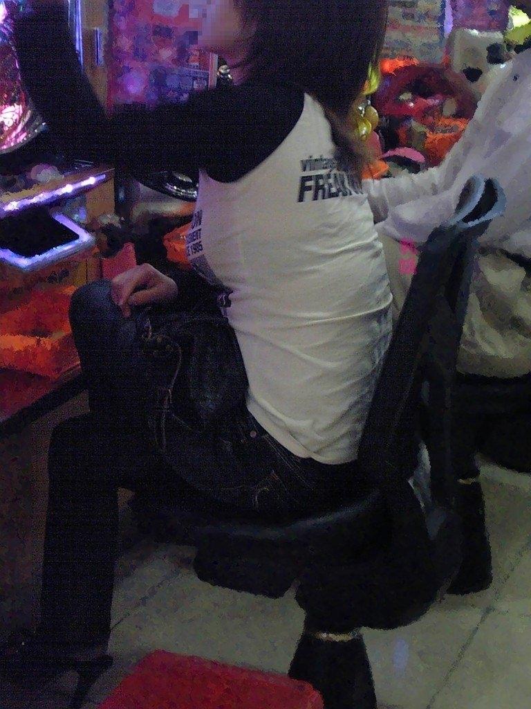 パチンコ店でリアル盗撮されたおっぱいとか胸チラお尻の素人エロ画像 2118