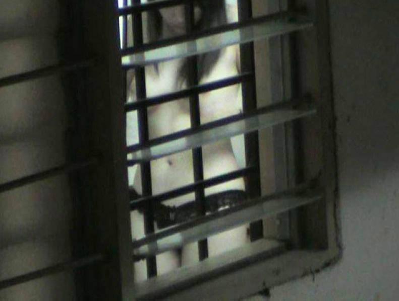 窓際で油断した女達www下着姿や裸を盗撮した流出エロ画像 2211