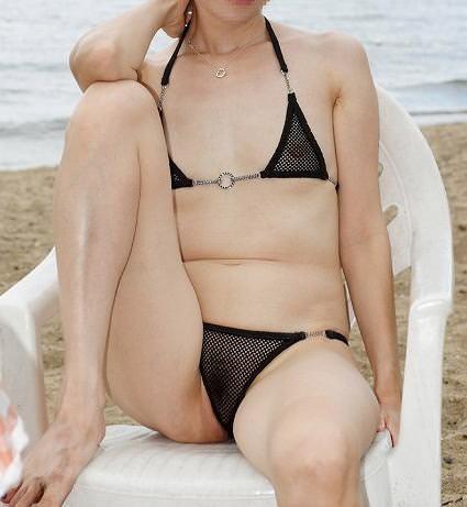 バレないと思い海で大胆に脱いでる露出狂変態女の素人エロ画像 2220