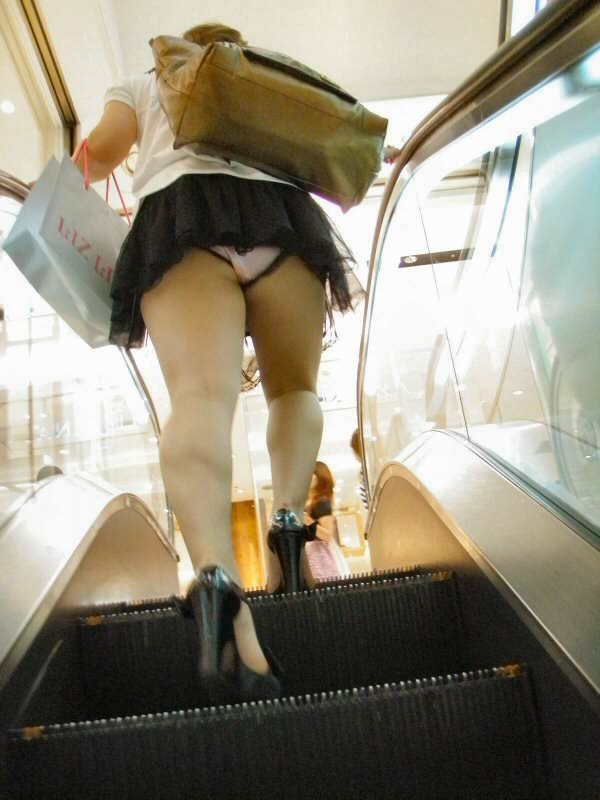 パンツが食い込んでる率が高いwwww素人娘のエスカレータ盗撮パンチラエロ画像 223