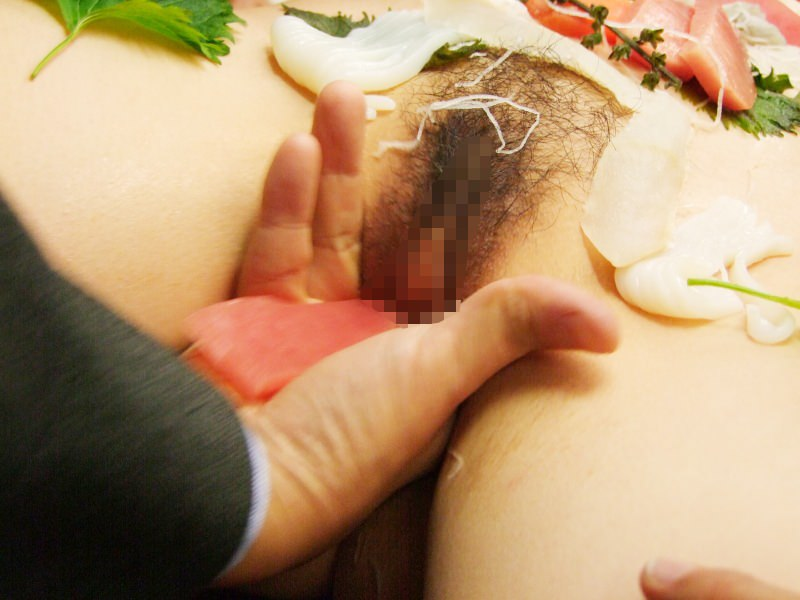 女の皮膚に触れる刺し身を頂くwww女体盛りのフェチエロ画像 225