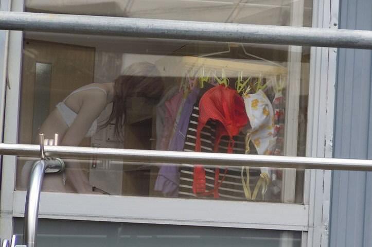 窓際で油断した女達www下着姿や裸を盗撮した流出エロ画像 2310