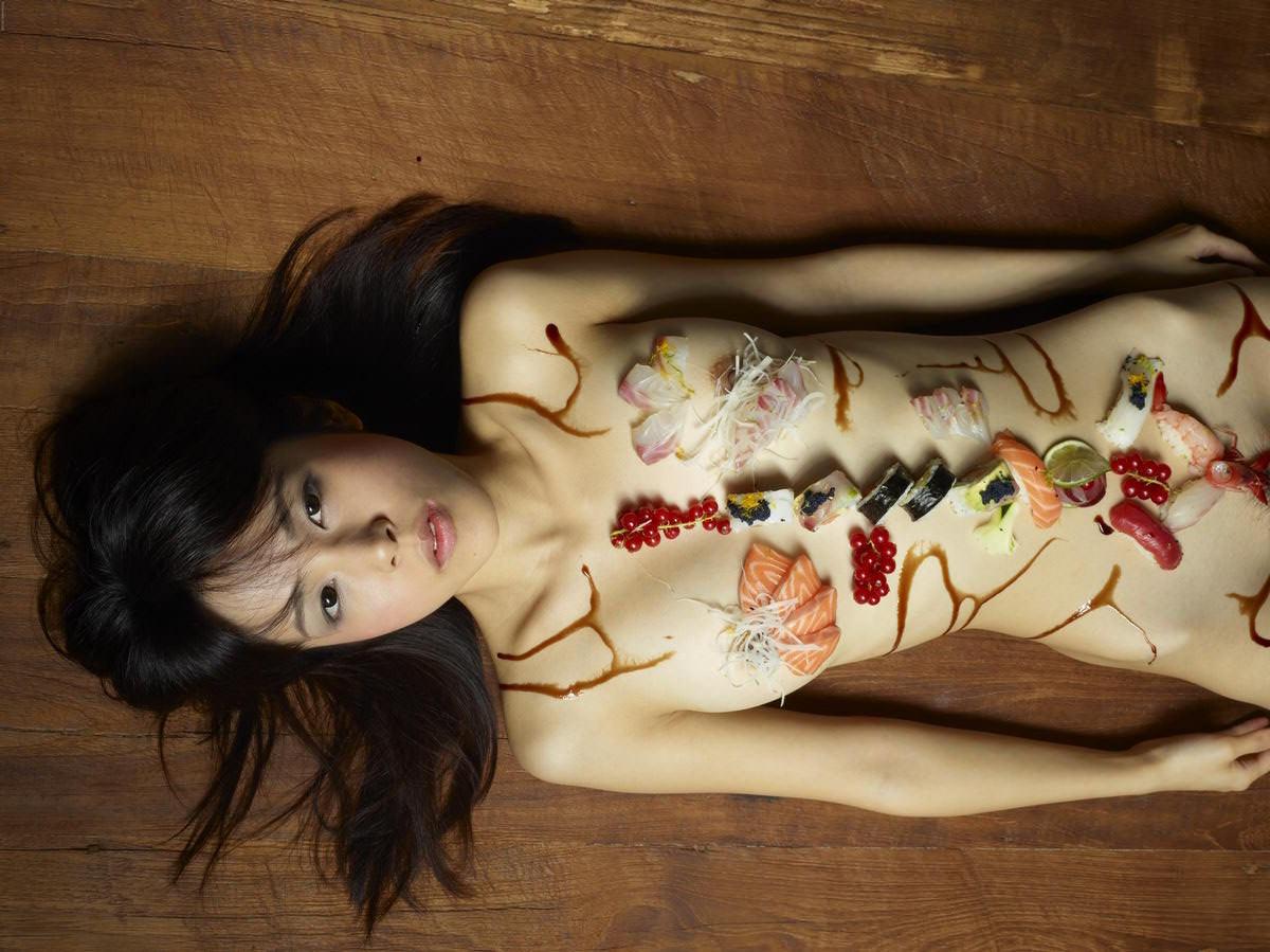 女の皮膚に触れる刺し身を頂くwww女体盛りのフェチエロ画像 235