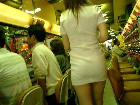 パチンコ店でリアル盗撮されたおっぱいとか胸チラお尻の素人エロ画像 2413