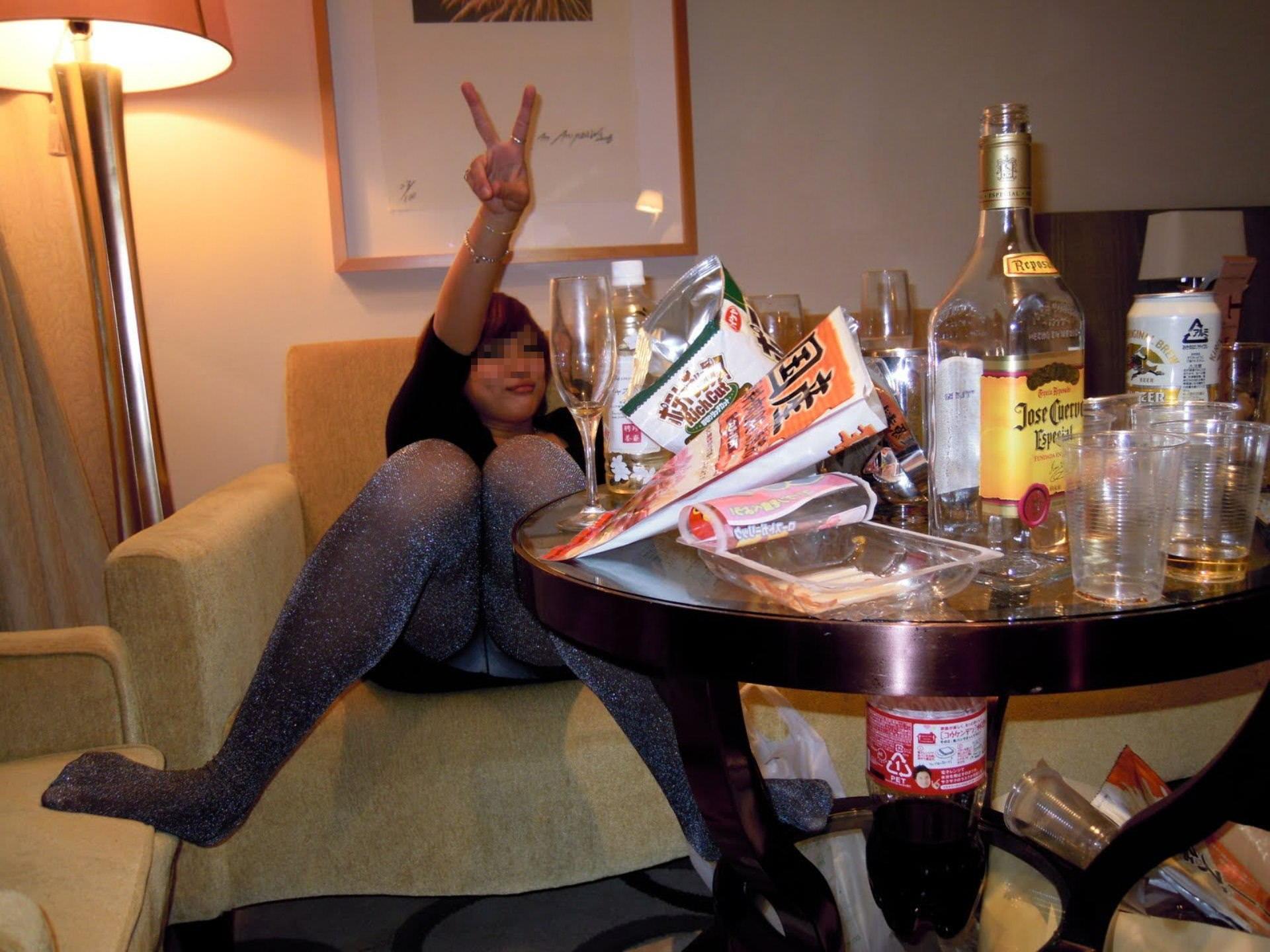 合コンやコンパで酔いつぶれてドエロになってる素人娘のエロ画像 2429