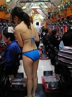 パチンコ店でリアル盗撮されたおっぱいとか胸チラお尻の素人エロ画像 2511