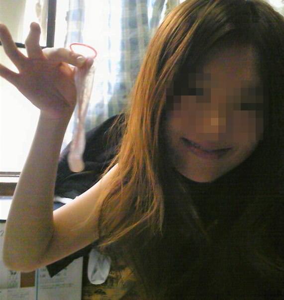 コンドーム着用済を確認するセックス直後の素人娘のエロ画像 2520