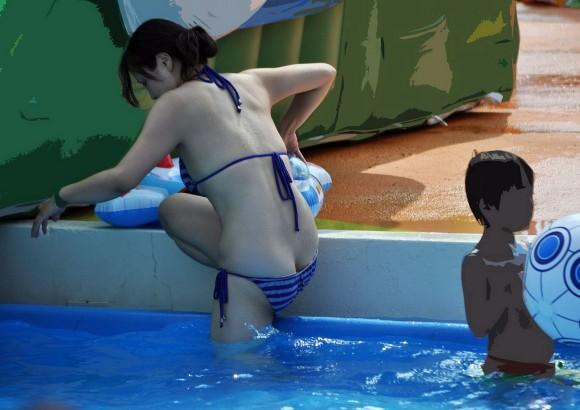ビキニギャルが海やプールで生尻出しておふざけしてる素人エロ画像 2627