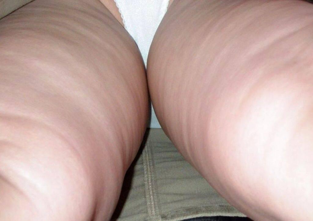 素人のピュアな女の子が履いてる白いパンティーを逆さ取りしたパンチラ盗撮エロ画像 2713