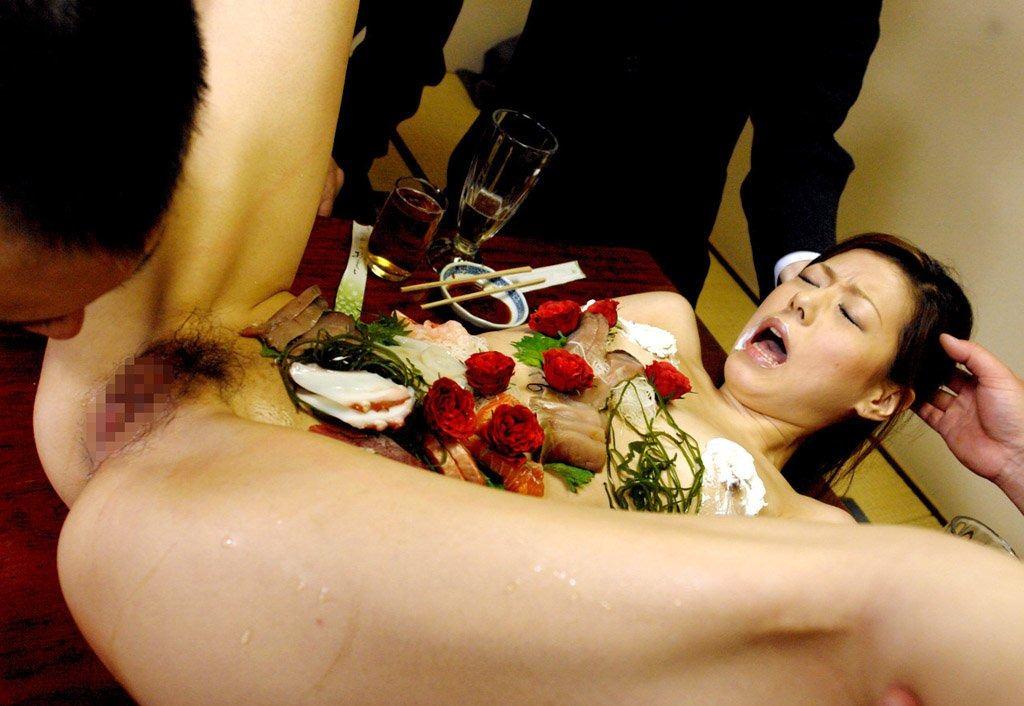 女の皮膚に触れる刺し身を頂くwww女体盛りのフェチエロ画像 283