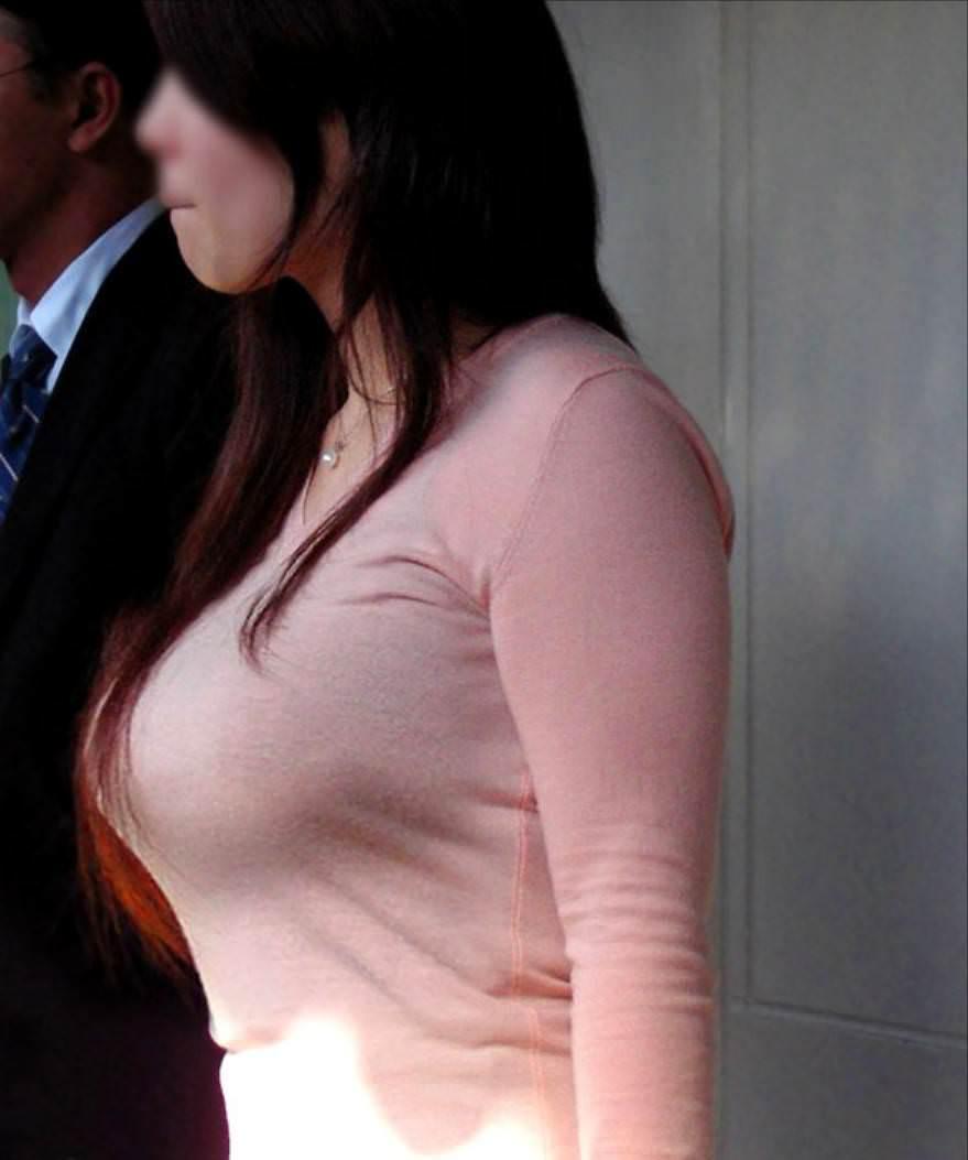 今にも弾けそうな超ボイン着衣おっぱいしてる素人お姉さんの街撮りエロ画像 299