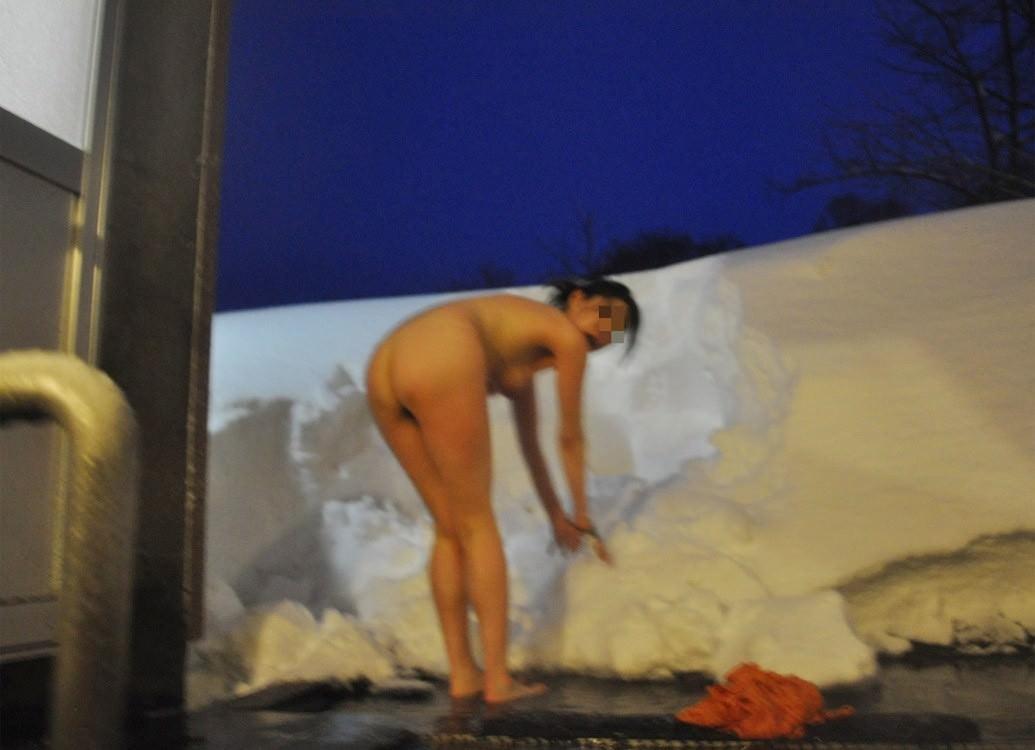 露天風呂の女湯の若い素人娘をガチ盗撮したのぞきエロ画像 3611