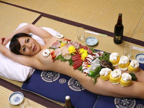 女の皮膚に触れる刺し身を頂くwww女体盛りのフェチエロ画像 39
