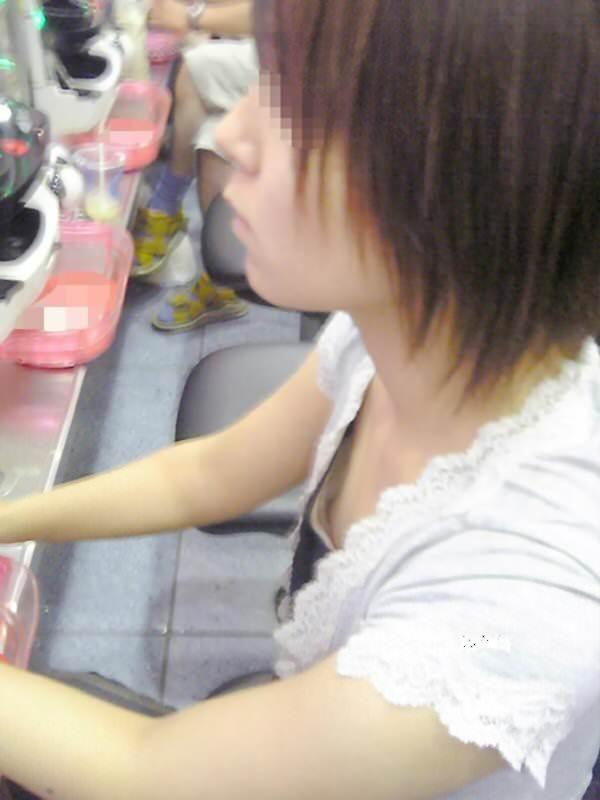 パチンコ店でリアル盗撮されたおっぱいとか胸チラお尻の素人エロ画像 422