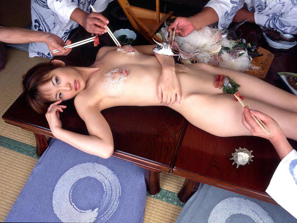 女の皮膚に触れる刺し身を頂くwww女体盛りのフェチエロ画像 49