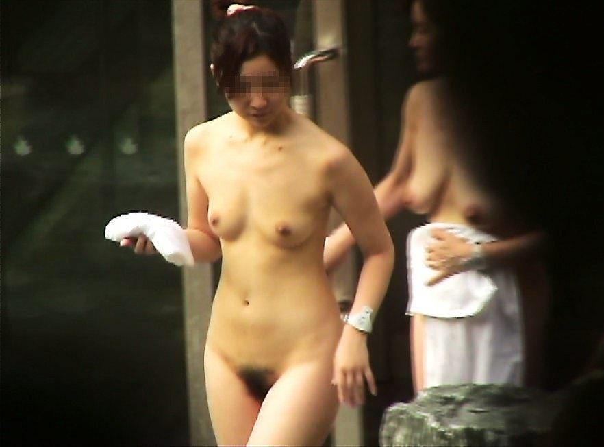 露天風呂の女湯の若い素人娘をガチ盗撮したのぞきエロ画像 551