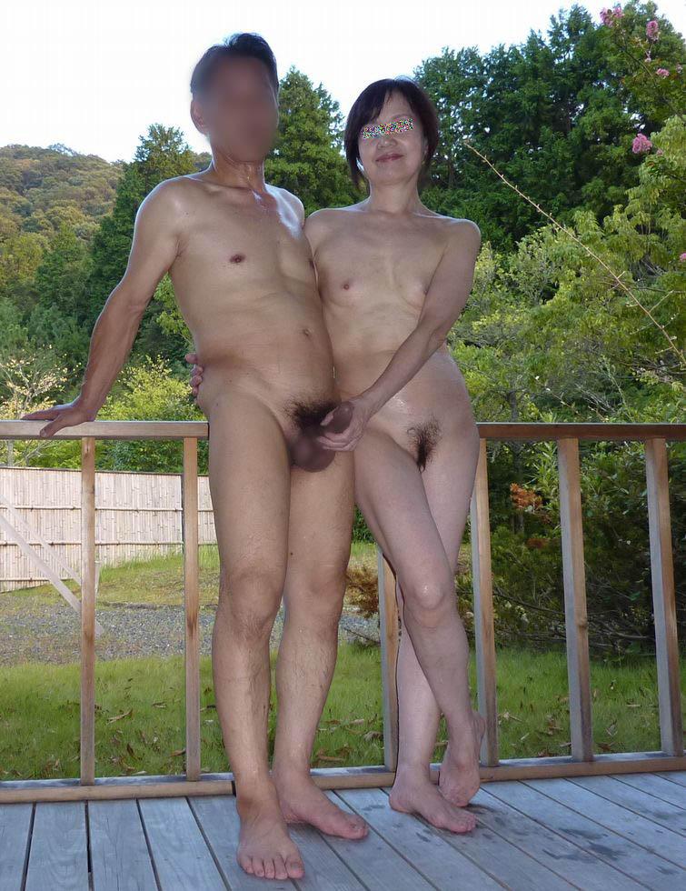 セックス現役の熟年素人カップルが素っ裸で自撮りするエロ画像 640