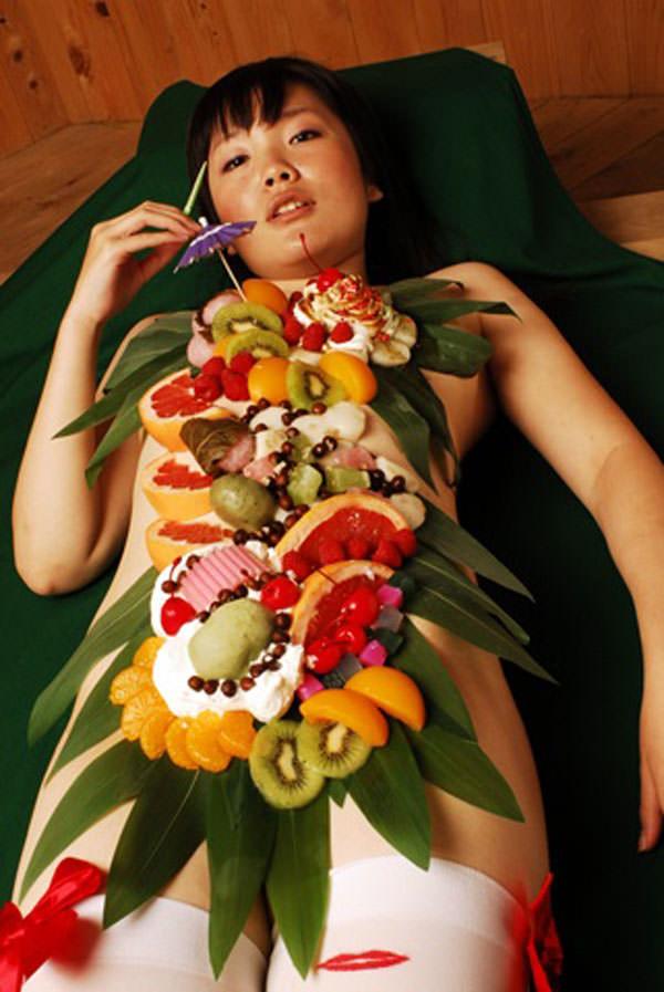 女の皮膚に触れる刺し身を頂くwww女体盛りのフェチエロ画像 69