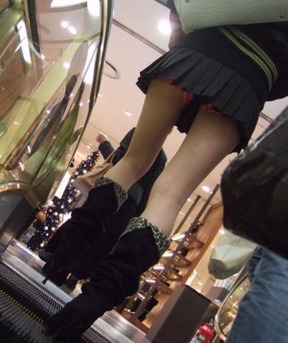 パンツが食い込んでる率が高いwwww素人娘のエスカレータ盗撮パンチラエロ画像 76