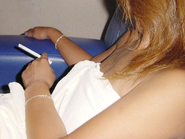 素人のヤニーズ彼女がセクロス後の一服www満足な表情がそそるエロ画像 810