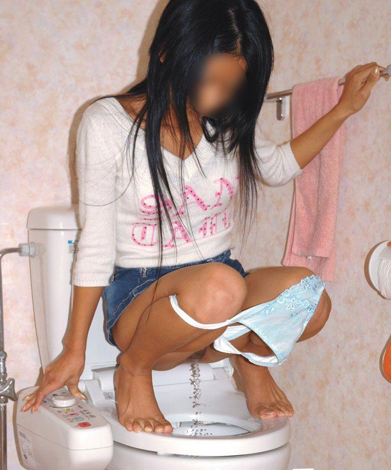 洋式トイレでウンチングスタイルになっておしっこする女の子の放尿エロ画像 829