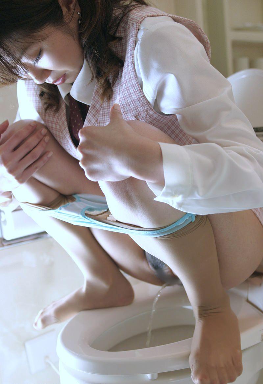 洋式トイレでウンチングスタイルになっておしっこする女の子の放尿エロ画像 929