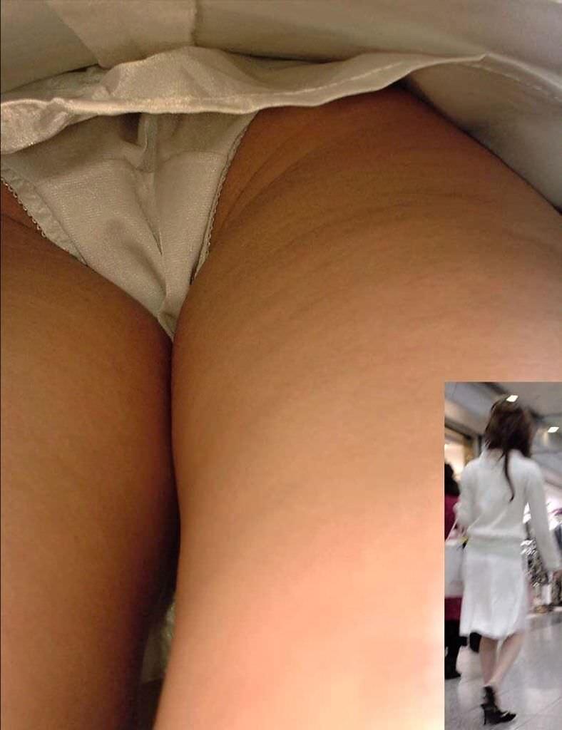 素人のピュアな女の子が履いてる白いパンティーを逆さ取りしたパンチラ盗撮エロ画像 930
