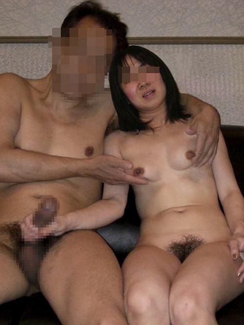 セックス現役の熟年素人カップルが素っ裸で自撮りするエロ画像 940
