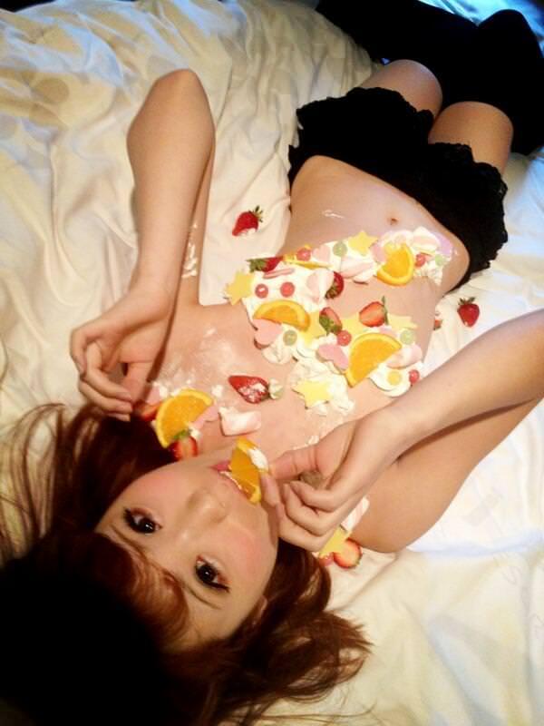 女の皮膚に触れる刺し身を頂くwww女体盛りのフェチエロ画像 99