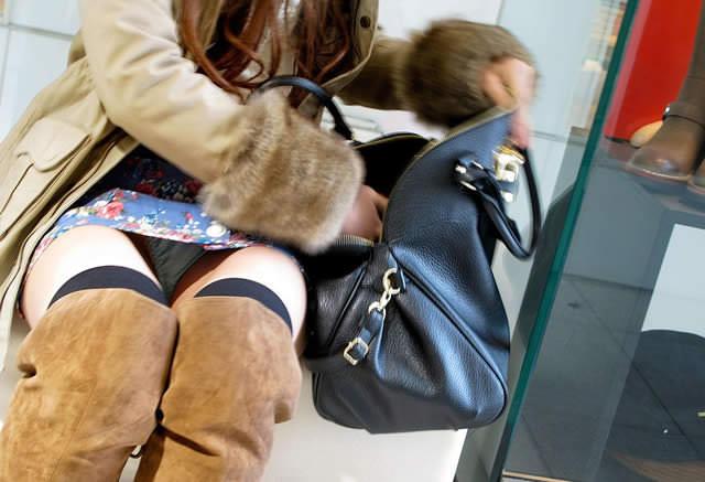 ミニスカにロングブーツで寒さに耐るお姉さんのパンチラ街撮り盗撮wwww 1237