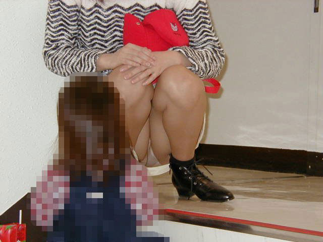 子連れママーンのパンチラを街撮り盗撮wwwww 1335