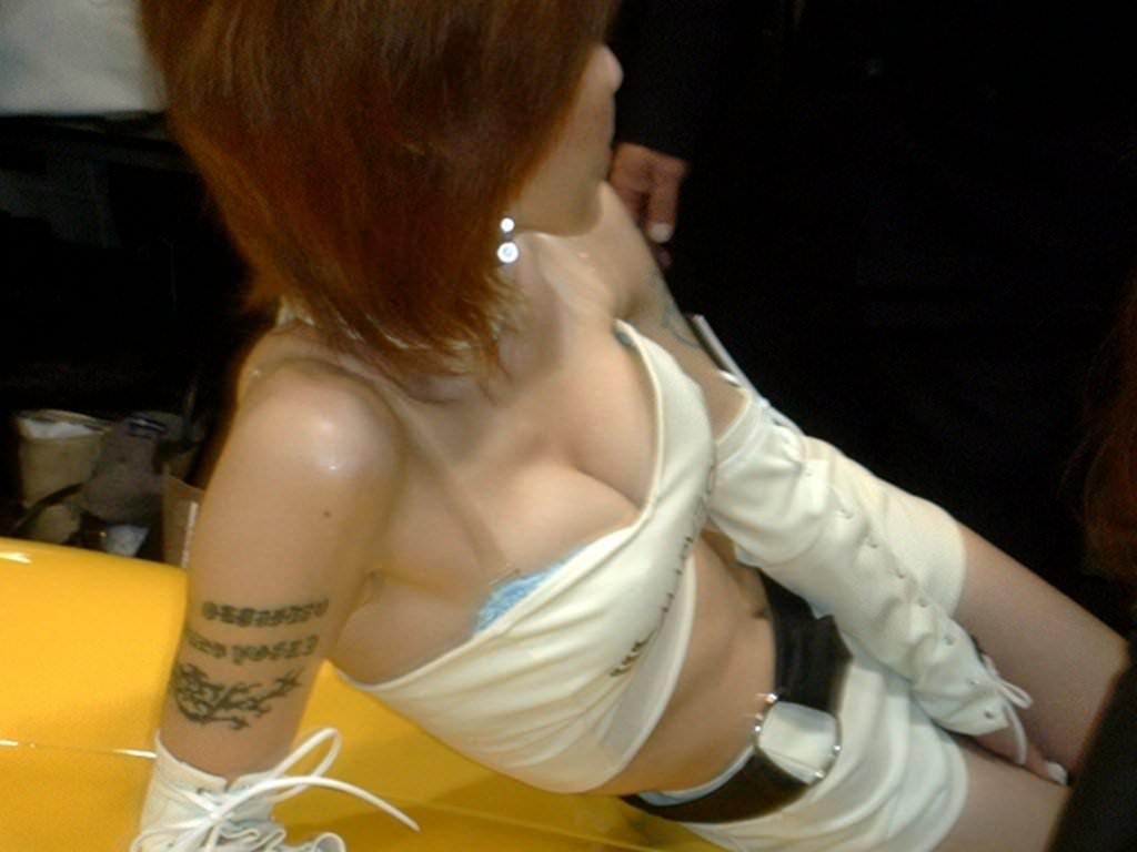 めっちゃ可愛いキャンギャルが乳首ポロリしてるおっぱいエロ画像 136