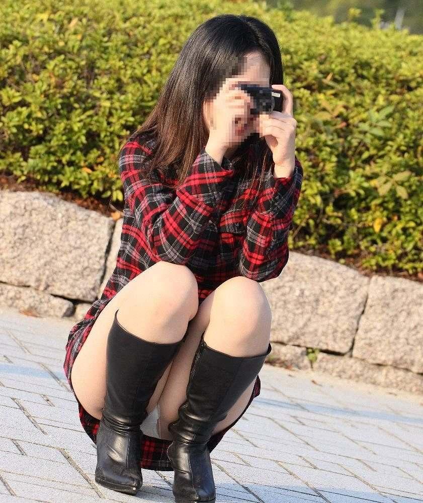 ミニスカにロングブーツで寒さに耐るお姉さんのパンチラ街撮り盗撮wwww 1436