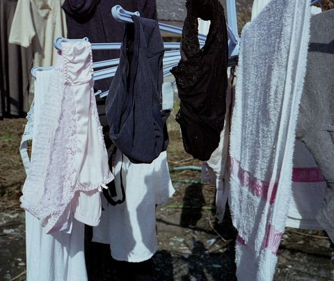 クロッチに染み付いたマンカスが洗濯物から匂いそうなガチ盗撮下着エロ画像 1524