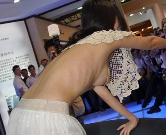 めっちゃ可愛いキャンギャルが乳首ポロリしてるおっぱいエロ画像 166