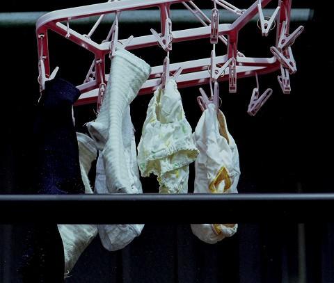 クロッチに染み付いたマンカスが洗濯物から匂いそうなガチ盗撮下着エロ画像 1724
