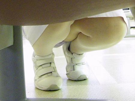 スケベな病人がナースのスカートの中身をガチ盗撮したパンチラ素人エロ画像 189