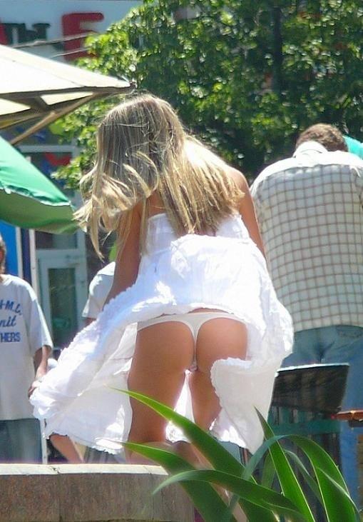 海外素人美人のくっさいマン臭漂うパンチラを街撮り盗撮したエロ画像 199
