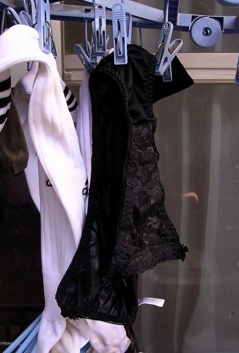 クロッチに染み付いたマンカスが洗濯物から匂いそうなガチ盗撮下着エロ画像 2022