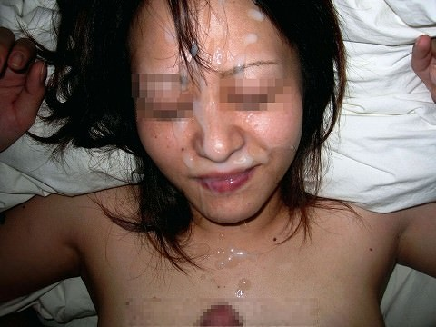 真性顔射でチンポコと記念撮影www素人娘にザーメン大量ぶっかけwwww 2046