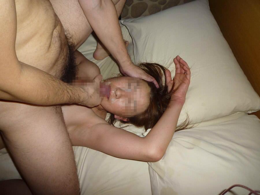 真性顔射でチンポコと記念撮影www素人娘にザーメン大量ぶっかけwwww 2050