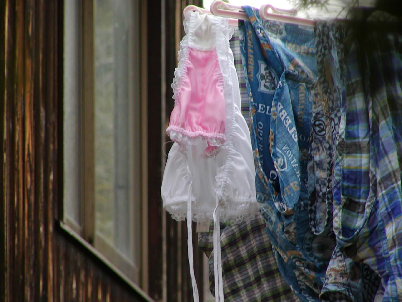 クロッチに染み付いたマンカスが洗濯物から匂いそうなガチ盗撮下着エロ画像 2104