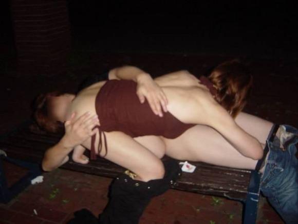 家帰るまで我慢出来ずに野外で彼女を犯す野外セックスエロ画像 2119