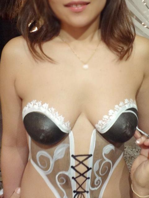 裸に見えないまさかのボディ・ペインティングで素っ裸な露出狂娘のエロ画像 213
