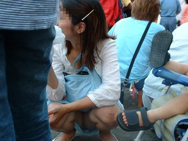 子連れママーンのパンチラを街撮り盗撮wwwww 2141