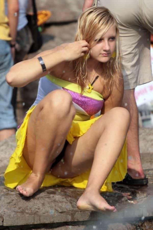海外素人美人のくっさいマン臭漂うパンチラを街撮り盗撮したエロ画像 228