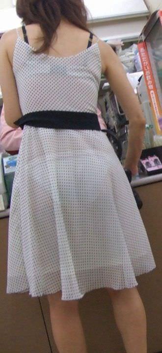 お色気たっぷりシースルーな服でおっぱいマンコが透けてる街撮りエロ画像 231